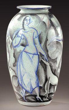 René Buthaud (1886-1986). Rare et exceptionnel vase à corps ovoïde et col étranglé évasé en céramique émaillée craquelée bleue, noir et rose à décor stylisé figurant trois femmes avec deux chiens sur fond blanc nuancé bleu. Signature manuscrite sous la base «R.Buthaud». Vers 1920-1923. H: 36,5 cm Rare and exceptional ovoid shaped vase in crackled, enamelled ceramic with a stylised decoration. Hand written signature under the base «R.Buthaud». Circa 1920-1923. H: 14 1/3 in Bibliographie…
