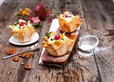Nur 3 Zutaten – gibt's das? Aber klar! Fertiger Strudelteig wird mit QimiQ Whip Vanille gefüllt und mit Himbeeren dekoriert. Tipp: Falls keine Kinder mitessen, die Creme mit einem Schuss Eierlikör verfeinern. Ober Und Unterhitze, Panna Cotta, Waffles, French Toast, Cheesecake, Yummy Food, Breakfast, Ethnic Recipes, Desserts