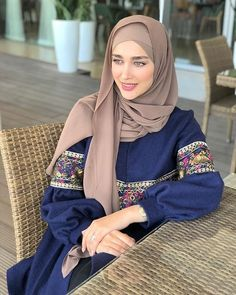 Image may contain: 1 person, sitting Hijab Style Dress, Modest Fashion Hijab, Modern Hijab Fashion, Hijab Fashion Inspiration, Abaya Fashion, Muslim Fashion, 90s Fashion, Fashion Outfits, Fashion Quiz