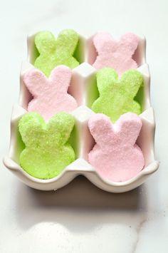 Easy Homemade Marshmallow Easter Peeps Check out these adorable homemade Easter Peeps! Easter Ham, Easter Peeps, Easter Candy, Hoppy Easter, Easter Brunch, Easter Treats, Easter Food, Easter Desserts, Peeps Recipes