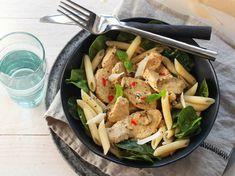 Att få vardagen att gå ihop är inte alltid det lättaste. Gör det enkelt för dig och planera veckans middagar med smarta och snabba recept från WW ViktVäktarna. Här hittar du 8 snabba rätter som räddar vardagen. Clean Eating, Healthy Eating, Japchae, Pasta Salad, Pesto Recept, Curry Recept, Baking Recipes, Food And Drink, Chicken