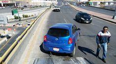 Por exceso de velocidad choca contra muro de contención en el Periférico de la Juventud | El Puntero