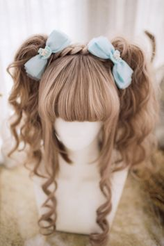 The hair style is way too sweet for me but I love the long front bits where one strand has been curled one way and the other has been curled the other way, so they sort of intertwine!