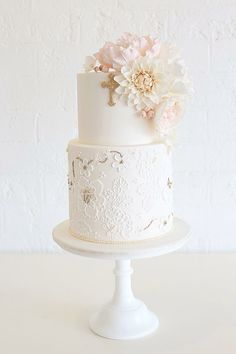 Christening cake with vintage lace and blooms - by Sweet Bloom Cakes - drop the cross and you get a fabulous wedding cake :) Christening Cake Girls, Baptism Cakes For Girls, Girl Christening Decorations, Baby Baptism, First Holy Communion Cake, Bolo Floral, Religious Cakes, Confirmation Cakes, Girl Cakes