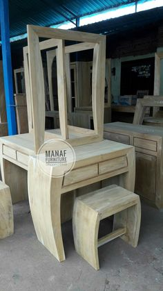 Meja rias / tolet minimalis jati Order ; 085330178829 Modern Dressing Table Designs, Center Table Living Room, Coconut Oil Beauty, Wooden Furniture, Furnitures, Diy Design, Projects To Try, New Homes, Interior