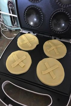 Kmart Pie Maker Mum's Christmas Pies will be the best thing you see today! - New Idea Food: Recipes, Cooking & Food Ideas Christmas Pies, Christmas Cooking, Christmas Foods, Mini Pie Recipes, Waffle Maker Recipes, Sunbeam Pie Maker, Breakfast Tart Recipe, Babycakes Recipes, Fruit Mince Pies