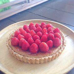今日のケーキは苺のタルト!そろそろシーズンも終盤の地元の苺をいっぱいに並べたタルトです♡フィリングとタルトの間にもイチゴジャムを挟んでいるので苺の香りいっぱいです。ナパージュには、リンゴジュースを寒天で薄く固めたものを使ってお化粧しました(笑) - 73件のもぐもぐ - ヴィーガン  苺のタルト by asakoyoshiOJY