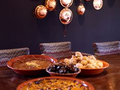 Iguarias que você deve provar em uma viagem ao Alentejo – PopFino Chocolate Fondue, Table Settings, Desserts, Grande, Blog, Kale Stir Fry, Asparagus, Egg Yolks, Puddings