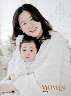 Lee Young Ae and her CUTE CUTE daughter! she have baby boy and baby girl twins. Korean Babies, Korean Girl, Korean Wave, Mother Baby Photography, Lee Bo Young, Bridal Mask, Yoo Ah In, Mode Hijab, Attractive People