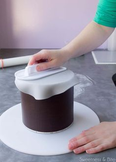 How to Wrap a Cake In Fondant ~ Sweetness Bite Fondant Cake Tutorial, Fondant Tips, Fondant Icing, Fondant Cakes, Cupcake Cakes, Fondant Recipes, Cake Recipes, Frosting, Marshmallow Fondant