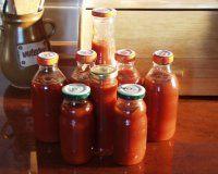 domácí kečup 2kg rajčat,1/4kg cibule, 1/4kg jablek,4 lžíce octa, 3 dkg soli, 15 dkg cukru, 5 hřebíčků, 1 lžička papriky, 1/4 lžičky skořice  POSTUP PŘÍPRAVY  Rajčata nakrájím na osminky, cibuli na větší kostičky a jablka zbavená jádřinců také na kostky, přidáme zbylé ingredience a vaříme do zhoustnutí, já vařila cca 2-2,5 hodiny, na hodně mírném stupni, aby se nepřipalovalo,když se nám zdá dostatečně husté, vyndáme hřebíčky a rozmixujeme ponorným mixérem, propasírujeme přes cedítko a plníme