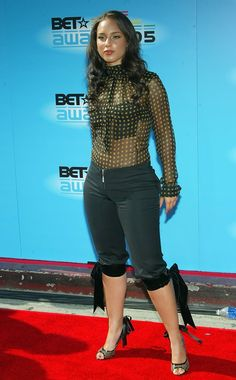 Alicia Keys Capri Pants - Alicia Keys shows off her curves in a pair of black capri pants with velvet ties at the knees.