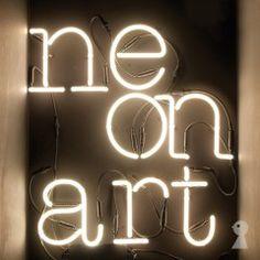 Bogstaver på væggen har længe været meget fremme i boligindretningen. Det gælder både gamle facade bogstaver, nyfabrikerede bogstaver, tapetserede bogstaver og tekst i form af wall stickers. Det sidste nye er neon skilte!Nu kan man købe neon bogstaver i løsform, eller vælge et par stykker så man kan skrive, eller rettere bøje sin egen tekst i neon. Neon skiltene er en lysinstallation som giver din bolig en fed storby stemning!...