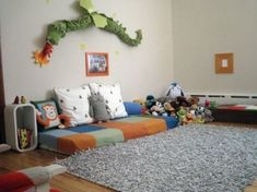Para no caerse de la cama | Kireei, cosas bellas. Put Velcro on wall and toys to hang them up.