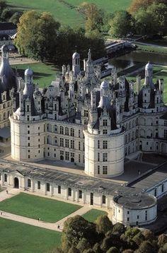 Chambord - Le majestueux escalier en double spirale, les multiples terrasses, les toits qui paraissent sculptés, tous ces éléments font de Chambord une des splendeurs des châteaux de la Loire.