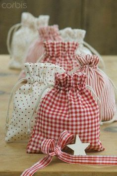 i'm thinking easter bags for gift {easter egg} giving when I see my nieces and nephews.Love the reds and pink, pretty little Christmas bags.Even cuter than gift bagsWould make great gifts from scrap fabric.I can just imagine the cute little things th Christmas Sewing, Christmas Crafts, Christmas Bags, Christmas Neighbor, Christmas Wrapping, Sewing Crafts, Sewing Projects, Sewing Tutorials, Fabric Gift Bags