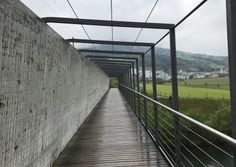 Via Jacobi : Le Chemin de St-Jacques de Compostelle en Suisse. Rapperswil et Pfäffikon sont reliées par une passerelle en bois qui traverse le lac de Zürich, appelé « Holzsteg ». St Jacques, Stairs, Home Decor, Drive Way, Wood Walkway, Waiting Staff, Switzerland, Stairways, Ladder
