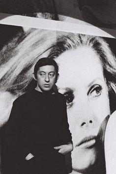 Serge Gainsbourg devant le portrait de Catherine Deneuve