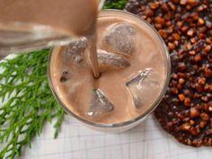 LICOR IRLANDÊS Ingredientes lata de leite condensado 1 medida da lata do leite condensado vazia de uísque 18% 1 colher de sopa café expresso em pó 1 colher de sopa cacau 2 colheres de sopa