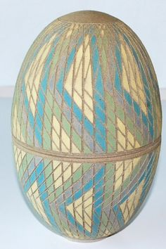 Per Rehfeldt, lidded jar in chamotteret stoneware, incised and painted with slip. 1990