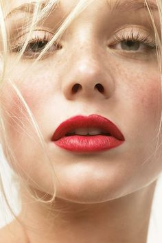 Best Red Lipstick, Lipstick For Fair Skin, Lipstick Colors, Red Lipsticks, Light Eyes, Light Skin, Korean Beauty Tips, Dark Blonde Hair Color, Lipstick Tutorial