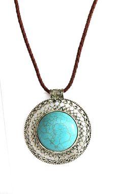 Colar maravilhoso com pedra turquesa rutilada, na cor azul. Acabamento na cor prata e cordão de couro na cor marrom.