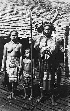 COLLECTIE TROPENMUSEUM Portret van Iban Dajaks waarvan de man in krijgskleding in de garnizoensplaats Long Nawan TMnr 60034030.jpg