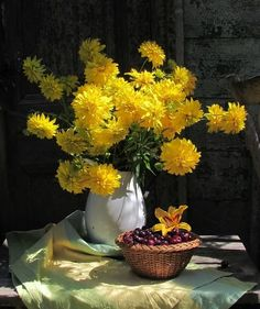 Art dibujos paisaje new ideas Painting Still Life, Still Life Art, Art Floral, Yellow Flowers, Beautiful Flowers, Still Life Flowers, Still Life Photos, Still Life Photography, Ikebana
