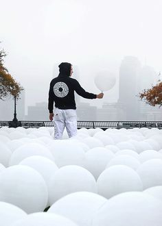 romainlaurent:  L'Atlas pondering where to put balloon #2856 in his temporary floating and surreal art installation NEW YORK: AIRStreetArtByPerrier
