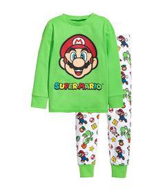¡Echa un vistazo! Pijama de punto con motivo estampado. Camiseta de manga larga con puños elásticos. Pantalón corto con cintura y bajo elásticos. – Visita hm.com para ver más.