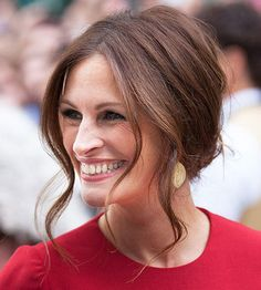 15 Easy Celebrity Updos Julia Roberts<br> We love celebrities' inspirational hairstyles and how effortless they can look. Here are our favorite easy celebrity hairstyles you can try yourself. Middle Part Updo, Middle Part Hairstyles, Loose Hairstyles, Layered Hairstyles, 1950s Hairstyles, Bride Hairstyles, Up Dos For Medium Hair, Medium Hair Styles, Short Hair Styles
