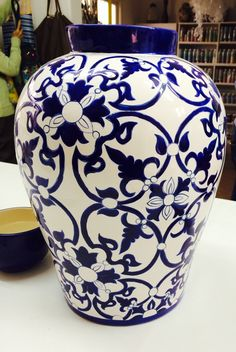 Blue and white - porzellan Blue And White Fabric, Blue And White China, Pottery Painting Designs, Pottery Designs, Black Vase, White Vases, Blue Pottery, Ceramic Pottery, Ceramic Painting