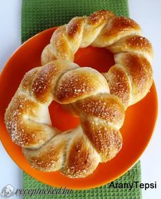 Cukros csavart koszorú Pastry Recipes, Dessert Recipes, Cooking Recipes, Sweet Pastries, Bread And Pastries, Bread Dough Recipe, Homemade Dinner Rolls, Sweet Cookies, Hungarian Recipes