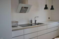 See original image Beach House Kitchens, Home Kitchens, Ikea Kitchens, Small Kitchens, Voxtorp Ikea, Kitchen Interior, Kitchen Design, Kitchen Utilities, Open Plan Kitchen