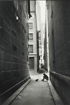 In Henri Cartier-Bresson, along with Robert Capa, George Rodger, David 'Chim' Seymour and William Vandivert, founded Magnum Photos Classic Photography, Candid Photography, Urban Photography, Black And White Photography, Street Photography, Photography Composition, Minimalist Photography, Color Photography, Grunge Photography