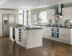 I like the kitchen layout & colour of the kitchen (except the walls) Howdens Tewkesbury White - Tewkesbury - Kitchen Families - Kitchen Collection - Howdens Joinery White Gloss Kitchen, White Shaker Kitchen, Classic White Kitchen, Kitchen Black, Kitchen Worktop, Kitchen Units, Kitchen Layout, Kitchen Flooring, Family Kitchen