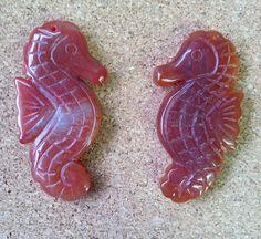 Кулоны из сердолика в форме морских коньков