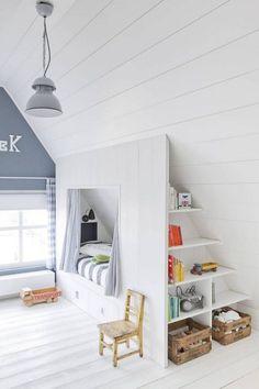Aménagement de combles pour une #chambre #enfant avec lit et étageres de rangement. http://www.m-habitat.fr/par-pieces/chambre/amenager-une-chambre-pour-enfant-2624_A