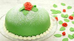 Prinzessinnen-Torte, süßer Klassiker aus Schweden. Für 12 Stücke.<br><br>Die Prinsesstarta, auf Deutsch Prinzessinnen-Torte, ist ein Klassiker aus Schweden. Die grüne Kuppel-Torte ist durch ihre aufgesetzte Rose sehr elegant. Im Anschnitt zeigen sich die verschiedenen Schichten der Prinzessinnen-Torte: lockerer Biskuit, fruchtige Himbeerschicht und traumhafte Vanillecreme. Abgerundet wird sie mit einer leckeren Marzipandecke und einer hübschen Rosen-Deko. Geschmacklich als auch op...