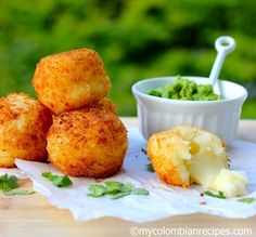 Yuca Balls Stuffed with Cheese (Bolitas de Yuca con Queso) Recipe - use GF breadcrumbs and another cheese? My Colombian Recipes, Colombian Cuisine, Comida Latina, Yuca Recipes, Cooking Recipes, Appetizer Recipes, Appetizers, Good Food, Yummy Food