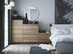Ein Schlafzimmer mit OPPLAND Kommode mit 2 Schubladen, OPPLAND Kommode mit 4 Schubladen und OPPLAND Kommode…