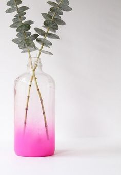 Make a stylish vase from a glass bottle with spray paint. Make sure to remove the labels to give the bottle a neat look. Spray paint inside the glass and flip the bottle upside down to give it an ombré look. Diy Simple, Easy Diy, Bottles And Jars, Glass Bottles, Glass Vase, Diy Projects To Try, Craft Projects, Project Ideas, Vase Design