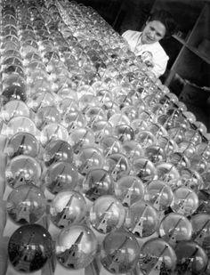 Les boules neigeuses | 1949 |¤ Robert Doisneau | 7 juin 2016 | Atelier Robert Doisneau | Site officiel