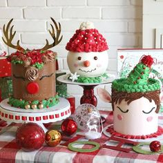 Do you need some inspiration how to decorate Christmas cakes? Cute cakes for Christmas by . Mini Christmas Cakes, Christmas Cupcakes Decoration, Christmas Sweets, Holiday Cakes, Christmas Goodies, Christmas Snowman, Holiday Baking, Christmas Baking, Theme Noel