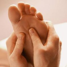 Discover here the most important benefits for your health from foot massage, reflexology and acupressure !Learn how reflexology and foot massage can relieve stress and reduce pain! Reflexology Benefits, Reflexology Massage, Massage Benefits, Facial Massage, Foot Massage, Massage Oil, Scholl Velvet Smooth, Body Organs, Massage Tips