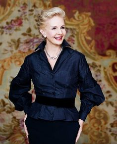 Designer Carolina Herrera -- love her sense of style: feminine but not girly Mature Fashion, 50 Fashion, Fashion Over, Look Fashion, Womens Fashion, Fashion Design, Blusas Carolina Herrera, Mode Style, Style Me