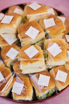 Toda festa é a mesma pergunta: o que servir ?  Para variar, vá de sanduichinhos embrulhados  no papel celofane.  Você pode misturar pães e r...