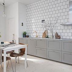 A fab swedish home in neutrals and a cute doggy! (my scandinavian home) Kitchen Interior, New Kitchen, Kitchen Dining, Kitchen Black, Kitchen Floor, Scandinavian Apartment, Scandinavian Kitchen, Scandinavian Design, Swedish Kitchen