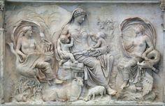 Los atributos de la figura central de este panel del Ara Pacis, identificada como Tellus, la señalan como diosa de la tierra y diosa madre.