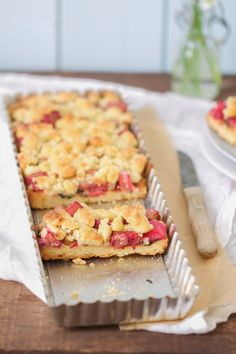 Der schnellste, einfachste und leckerste Rhabarber-Kuchen mit Streuseln und Minze!